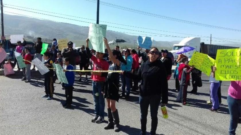 Resultado de imagen para BLOQUEAN MAESTROS Y PADRES DE FAMILIA CARRETERA TIJUANA Y TECATE
