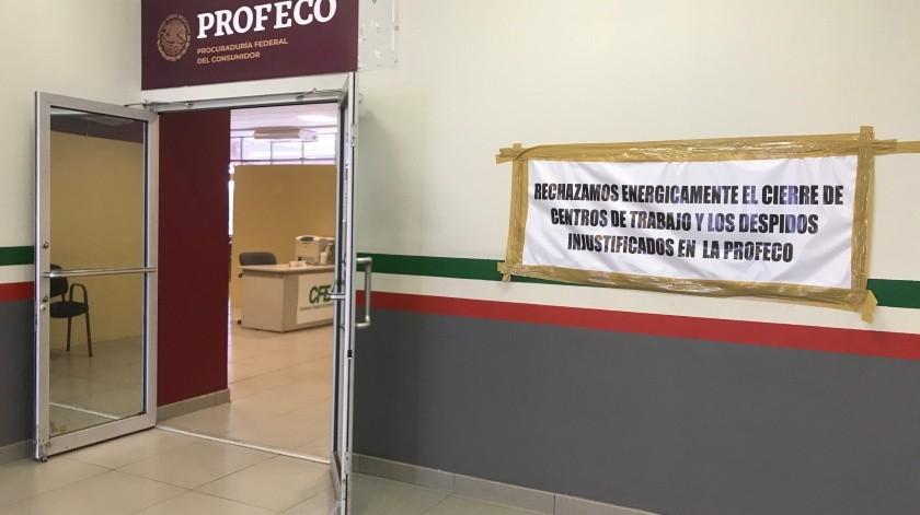 Un letrero en las oficias de PROFECO Mexicali manifiesta la inconformidad de los trabajadores ante un posible despido.
