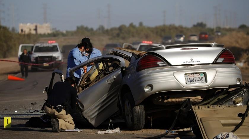 Agentes de Policía Municipal arribaron y también un total de tres ambulancias, los cuales confirmaron la muerte de tres de los tripulantes.(José María Cárdenas)