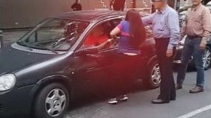 "Mujer agrede a conductor y la nombran ""Lady Histeria""(Captura de video)"