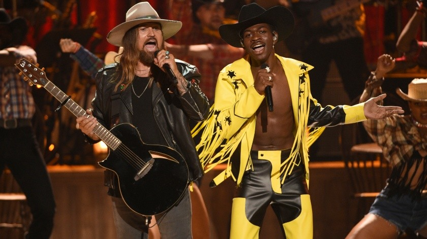 "Billy Ray Cyrus, a la izquierda, y Lil Nas X interpretan ""Old Town Road"" durante la ceremonia de los Premios BET.(AP)"