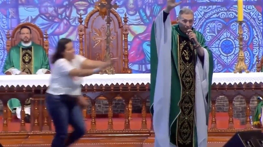 VIDEO: Mujer derriba a sacerdote durante misa en Brasil(Captura de video)
