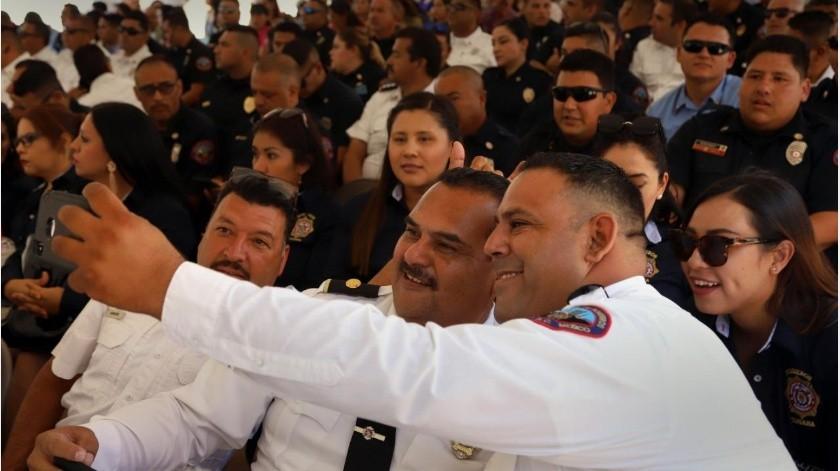 """Personal del cuerpo de Bomberos de Tijuana se toma una """"selfie"""" durante la ceremonia para celebrar el Día del Bombero.(Sergio Ortiz)"""