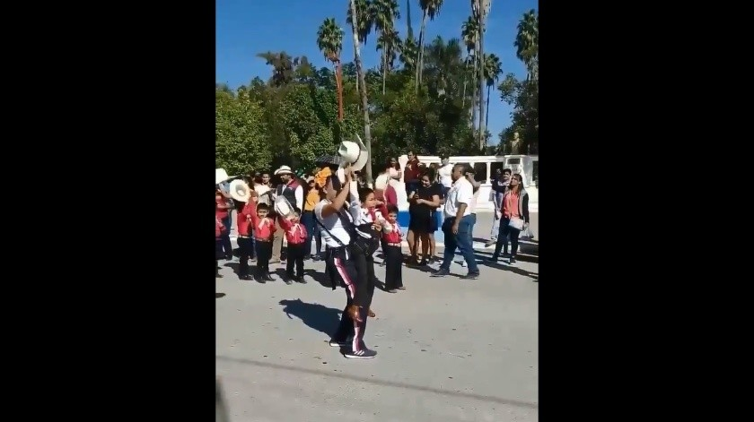 VIDEO: Niño con discapacidad baila en desfile con ayuda de su maestra(Captura de video)