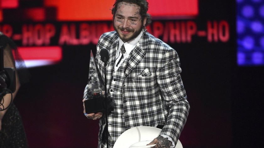 "Post Malone recibe el American Music Award al álbum favorito de rap/hip hop por ""Hollywood's Bleeding"", el domingo 24 de noviembre del 2019 en Los Angeles. (Foto por Chris Pizzello/Invision/AP)"