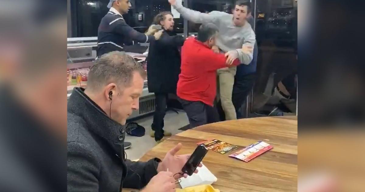 Hombre come tranquilamente en medio de una pelea y se ...