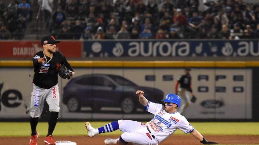 Juan Carlos Gamboa, de los Yaquis, es puesto fuera en segunda base.(Cortesía)