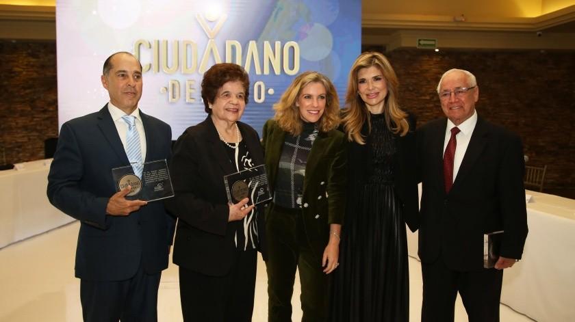 La gobernadora Claudia Pavlovich aparece junto a los galardonados: Martha Aguayo de Uruchurtu, Salvador Valle Gámez y Ricardo Barrón Morales.(EL IMPARCIAL)