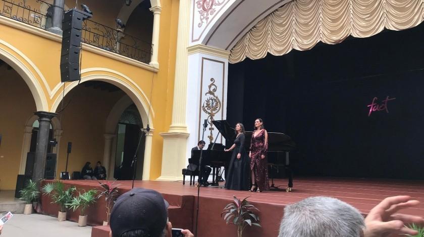 """María acudió al concierto lírico """"Mezzosoprano"""" a cargo de las experimentadas cantantes mazatlecas Wendy Bertoldi y Daniela Rico.(EL IMPARCIAL)"""