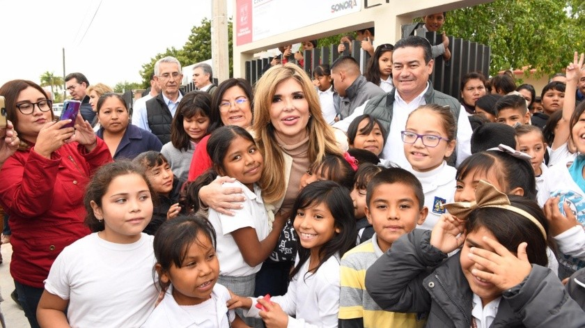 La gobernadora Claudia Pavlovich durante su gira de trabajo por el municipio de Benito Juárez hizo entrega de una escuela primaria totalmente reconstruida, lo cual celebraron los niños y niñas.(ESPECIAL)