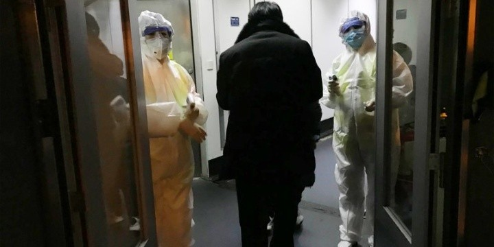 Las autoridades mundiales de salud observan cuidadosamente el brote de enfermedad respiratoria causada por un coronavirus originario de China.