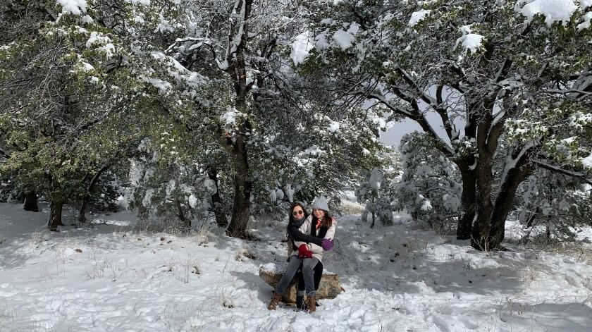 Hermanas disfrutan de la nevada en Cananea, Sonora.(Cortesía)