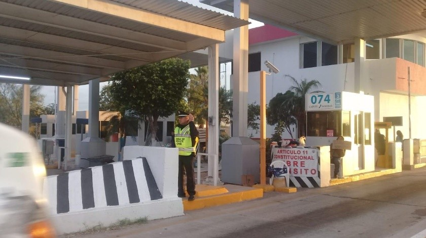 Los elementos de la Policía Federal en transición de Guardia Nacional se mantienen las 24 horas del día en la caseta de Guaymas.(Especial)