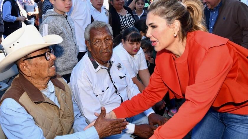 La gobernadora Claudia Pavlovich Arellano convivió ayer con residentes de Álamos, a quienes les llevó buenas noticias.(EL IMPARCIAL)