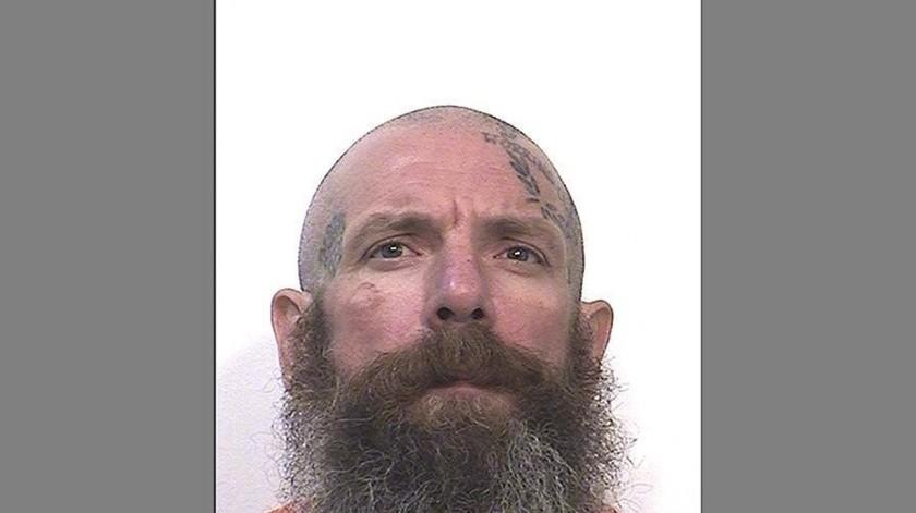 Dijeron que Jonathan Watson, de 41 años, usó el bastón para golpear las cabezas de ambos reclusos. David Bobb, de 48 años, murió camino al hospital.(AP)