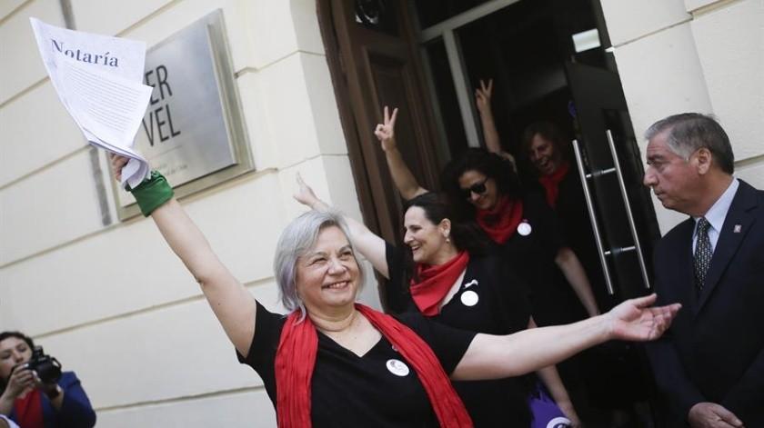 La presidenta del Partido Alternativa Feminista (PAF), Rosa Moreno, sale de la sede del Servicio Electoral de Chile este martes.(EFE)