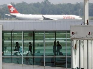 Cathay Pacific y Air Canada también han dicho que reducirían el servicio a China continental debido al virus. British Airways dijo el miércoles que cancela su servicio a Shanghái y Pekín desde Londres.