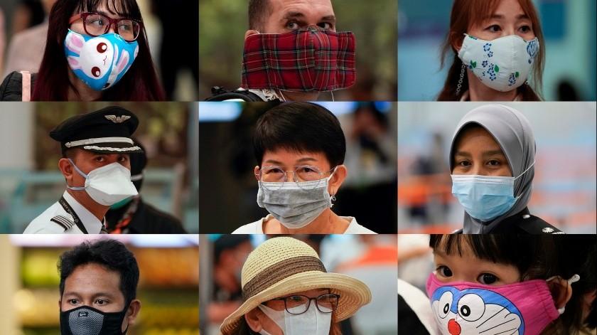 En esta imagen combinada del miércoles 29 de enero de 2020, gente llevando distintas mascarillas mientras espera en un mostrador de inmigración en Malasia.(AP)