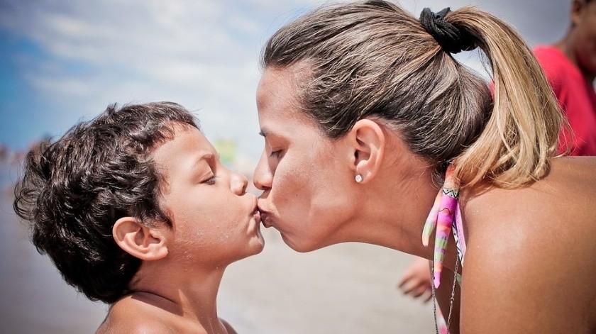El IMSS recomendó no besar a tus hijos en la boca para prevenir enfermedades.(Ilustrativa)