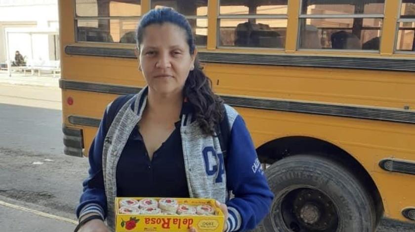 La señora Gabriela Gastélum vende mazapanes en Navojoa con el fin de juntar dinero para pagarse un especialista que la atienda.