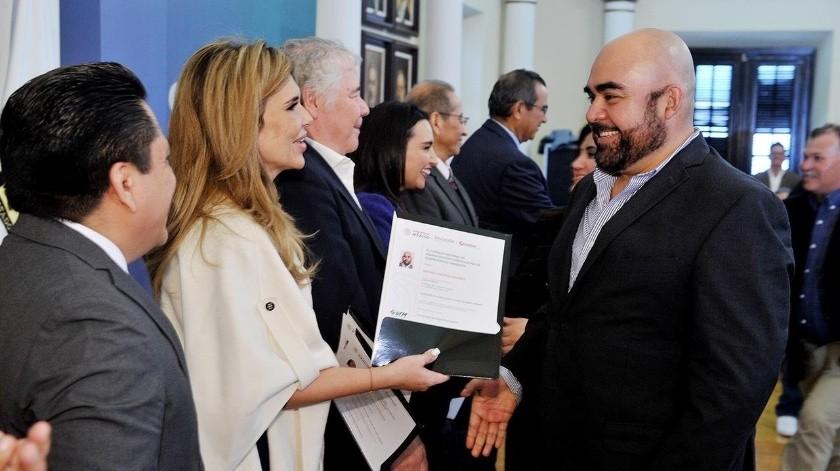 """La gobernadora de Sonora, Claudia Pavlovich Arellano, hizo entrega de los certificados en el estándar de competencia """"Facilitación de la Información en Poder del Sujeto Obligado"""".(REDACCIÓN GH)"""