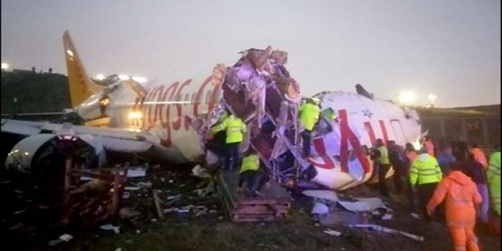 Avión se sale de la pista de aterrizaje, se rompe en tres y se incendia en Turquía