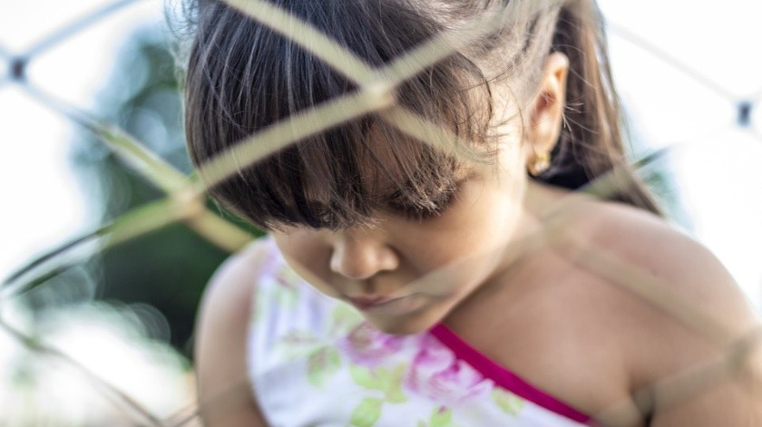 Tras una hora de búsqueda, la menor fue encontrada inconsciente, sangrando de la cabeza y con marcas en el cuello, dentro de una casa abandonada.(Pixabay)