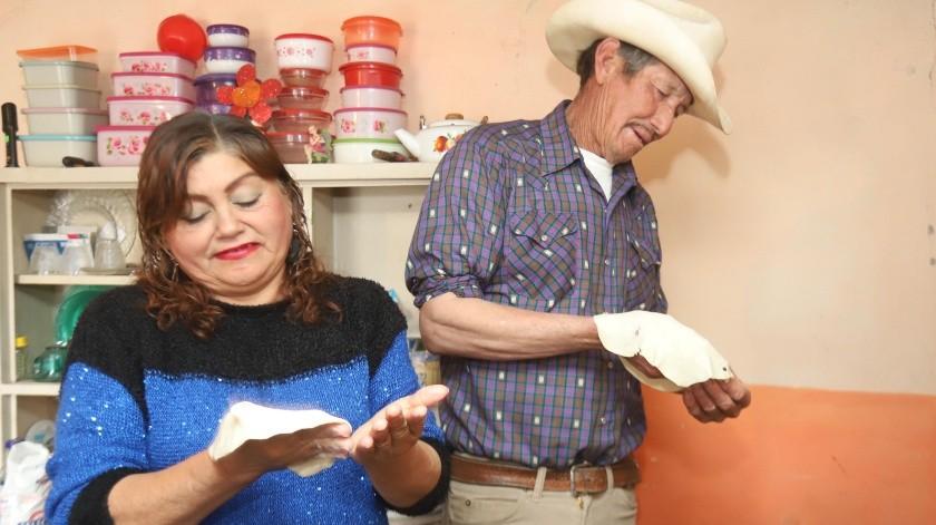 Silvia Salas Encinas y Luis Valenzuela Holguín enseñaron a sus hijos a hacer tortillas de harina, entre otras cosas.(Teodoro Borbón)