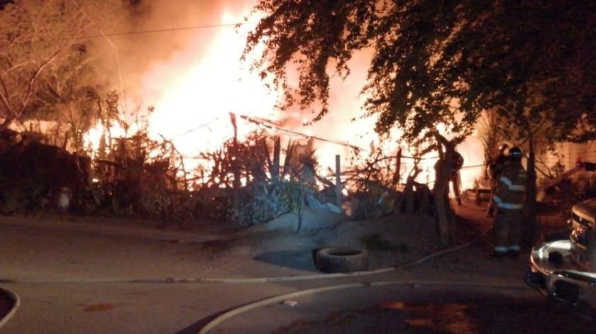 Una familia fue rescatada de un incendio que se registró en la madrugada de ayer, en la colonia Solidaridad.(Cortesía)