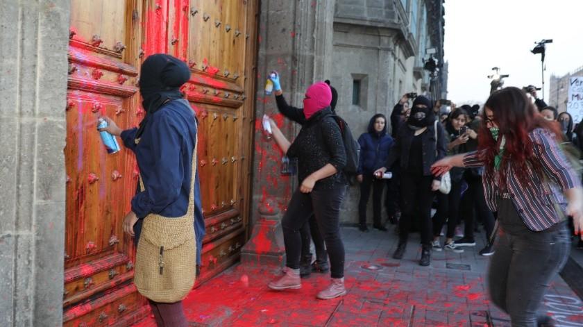 Mujeres protestan este viernes, en las puertas de Palacio Nacional, de Ciudad de México.(EFE)