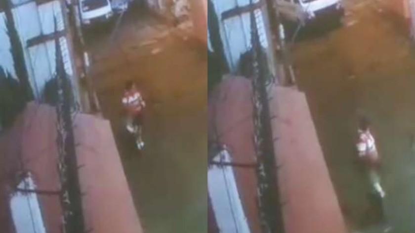 La mujer, hasta el momento desconocida, cargaba la mochila de la menor, y una bolsa. La presunta secuestradora en todo momento volteaba hacía atrás.(Captura de video)