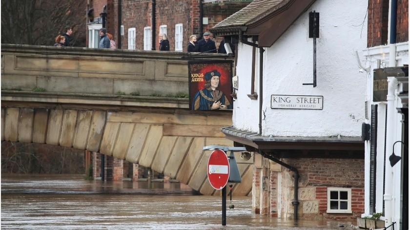 El fenómeno climatológico causó vientos de más de 145 kilómetros por hora (90 millas por hora) y precipitaciones de hasta 150 milímetros (6 pulgadas) en Gran Bretaña durante el fin de semana.(AP)