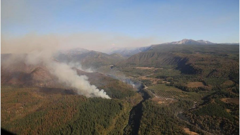 La alerta roja sigue vigente en la zona, cercana a la localidad de Molina y ya se ha cerrado el parque nacional de forma preventiva y evacuado dos sectores habitados en las cercanías...(EFE)