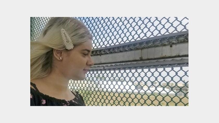 La adolescente, identificada sólo por su primer nombre, Branyerly, vive sola en Matamoros, México, al otro lado de la frontera de Brownsville, Texas.(AP)