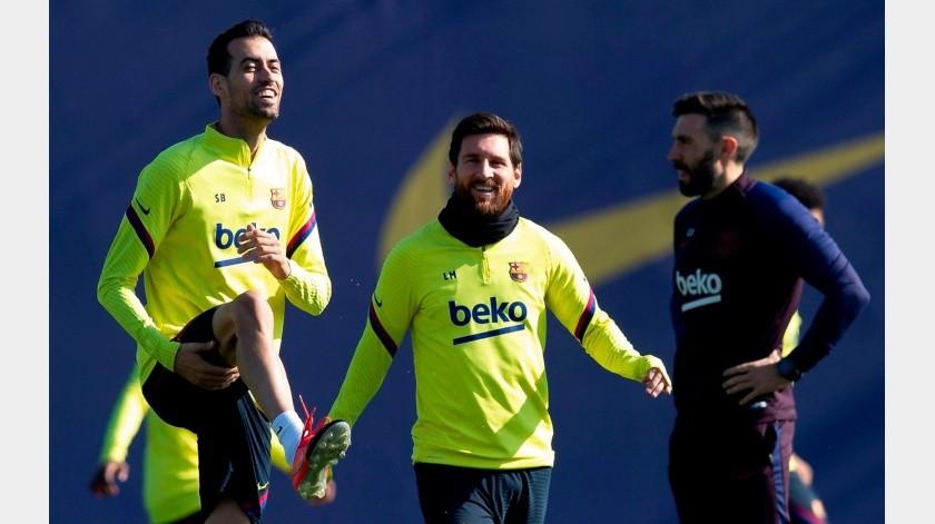 Los jugadores del FC Barcelona Leo Messi y Sergi Busquets (i) durante el entrenamiento que el equipo azulgrana ha realizado este viernes en la ciudad deportiva Joan Gamper para preparar el partido de LaLiga que mañana disputarán ante el Eibar en el Camp Nou de Barcelona.(EFE)