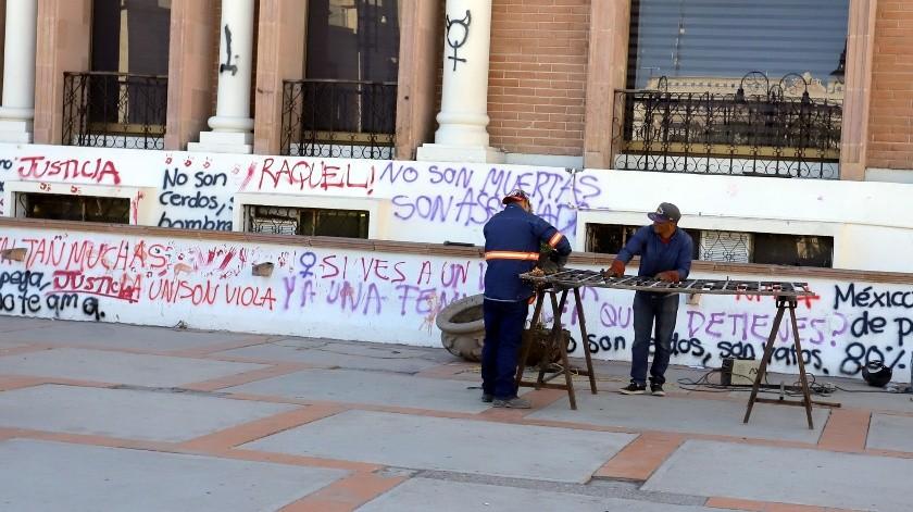 Trabajadores reparan una reja fuera del edificio del Poder Judicial del Estado.(Julián Ortega)