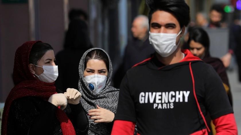 Peatones con mascarillas para protegerse del coronavirus en el centro de Teherán, Irán.(Tomada de la red)
