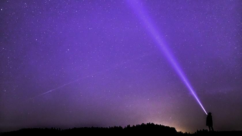 Se observan en el rango de las ondas de radio, que son muy rápidas, se presentan en milisegundos, y provienen desde fuera de la Vía Láctea, a una distancia mayor a 10 mil veces el tamaño de nuestra galaxia.(Pixabay)