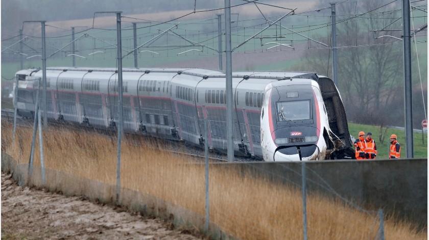 Pasajeros dijeron a medios franceses que sintieron un golpe antes que el tren desacelerara y se detuviera.(AP)