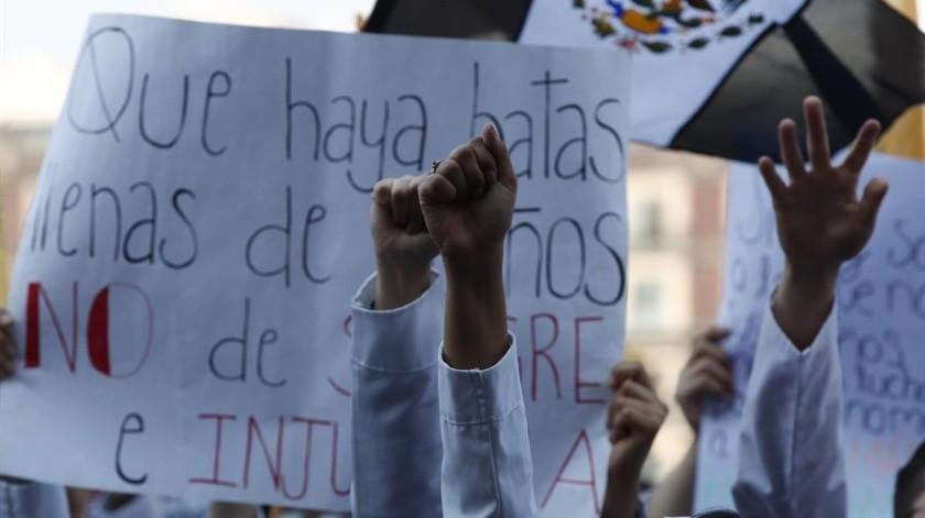 Miles protestan en México tras el asesinato de tres estudiantes de Medicina en Puebla.(EFE)
