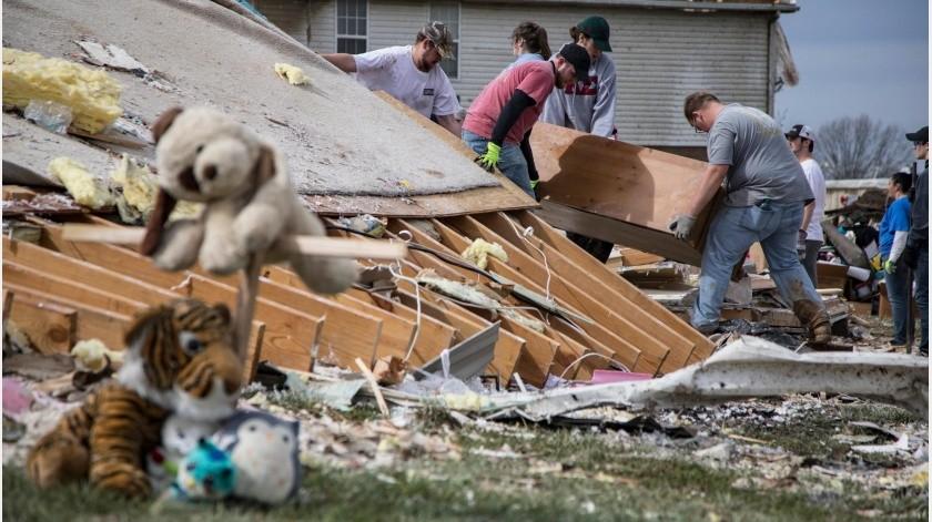 """Los vecinos de al lado, que sobrevivieron milagrosamente, llegaron. Otros se les sumaron. """"Es como si fuésemos un faro"""", dijo Amy Jennings en una entrevista el miércoles.(AP)"""