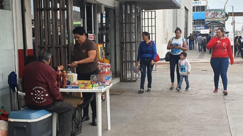 Con mujeres laborando y comprando se percibió ayer el Centro de Ciudad Obregón.(Susana A. Arana)