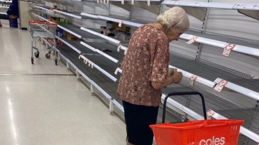 Captan a anciana triste por no encontrar suficiente comida en supermercado(@SebCostello9)