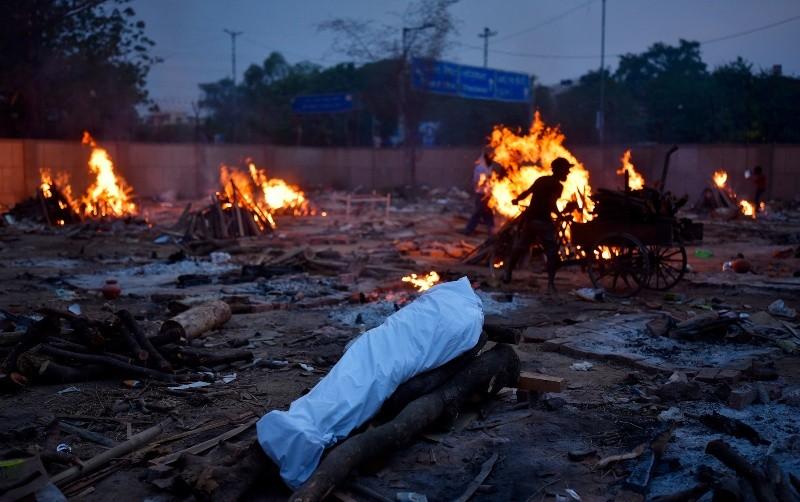 Una vista general de los funerales masivos en piras funerarias para las víctimas de COVID-19 en un campo de cremación improvisado en Nueva Delhi, India, el 1 de mayo de 2021. El país ha informado de un número récord de 400.000 nuevos casos de COVID-19 en un día. Foto: EFE