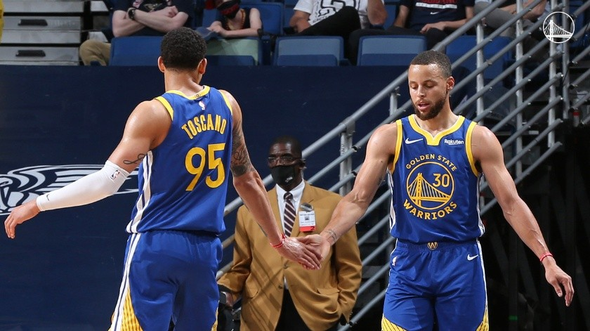 Juan Toscano y Stephen Curry se dan la mano.(Twitter @Warriors)