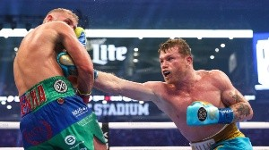 Canelo Álvarez golpea a Billy Joe Saunders.