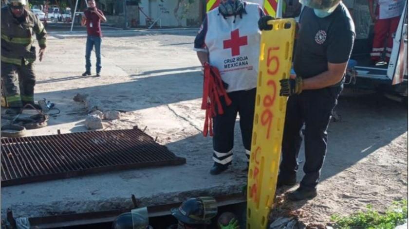 Bombero sufre varias lesiones tras caer en alcantarilla(Especial)