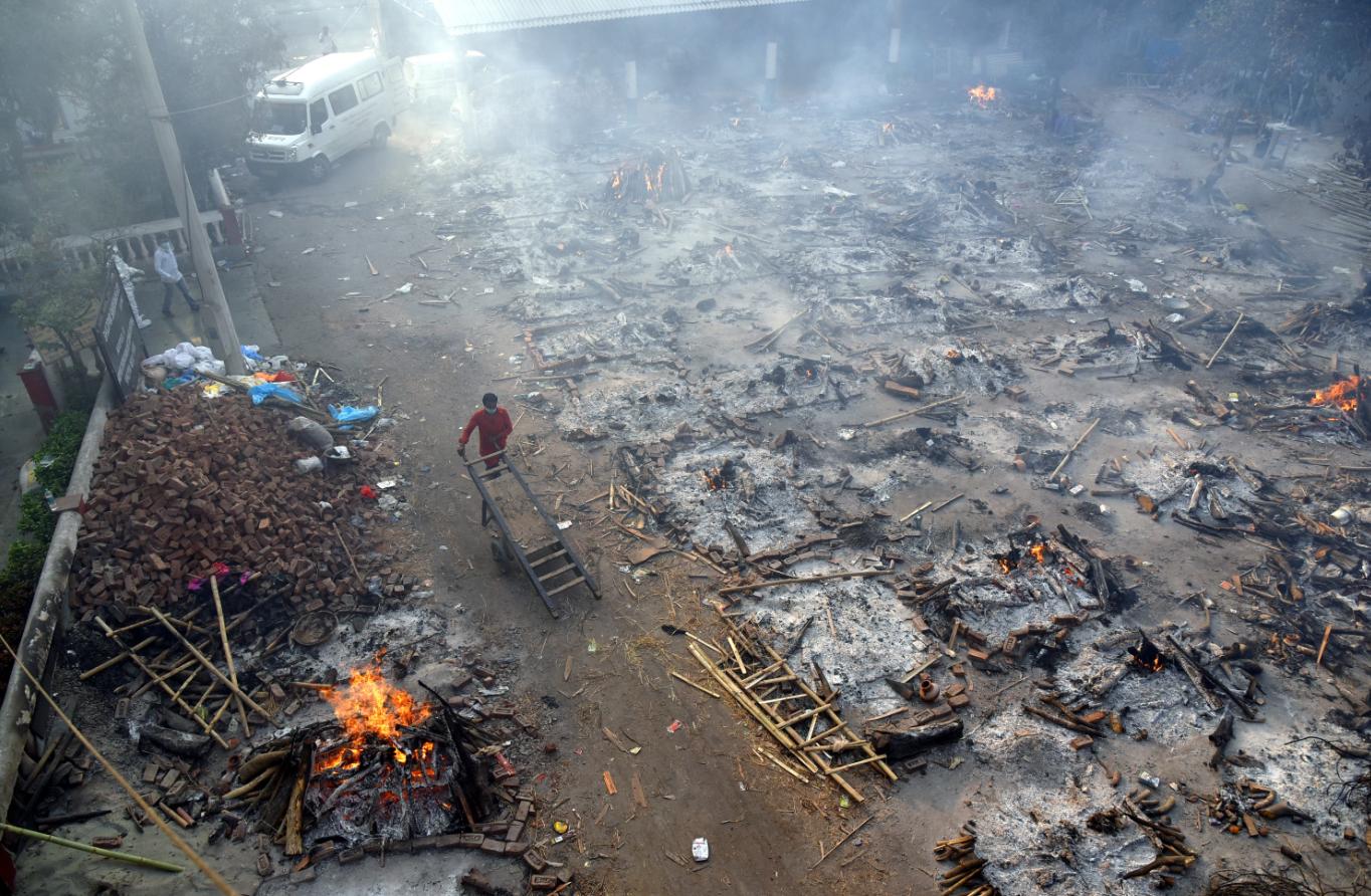 Las imágenes que llegan de India son dramáticas: hospitales totalmente saturados, con falta de oxígeno y respiradores, gente muriendo en las calles, cremaciones en masa… Foto: EFE