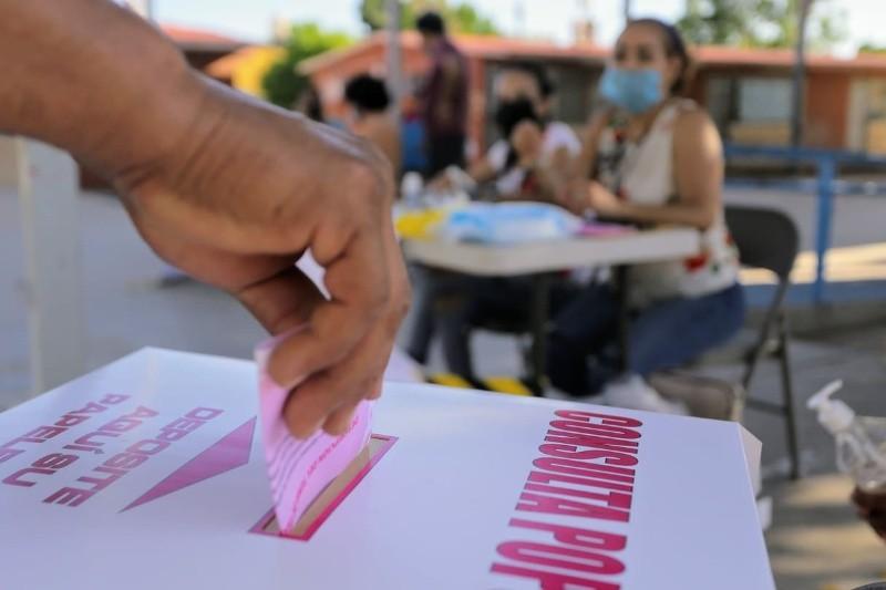 Votante deposita su boleta en urna durante Consulta Popular en Sonora.   Eleazar Escobar